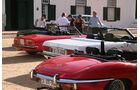 Vier Oldtimer von hinten - Jaguar E-Type, Mercedes R107 und Alfa Spider