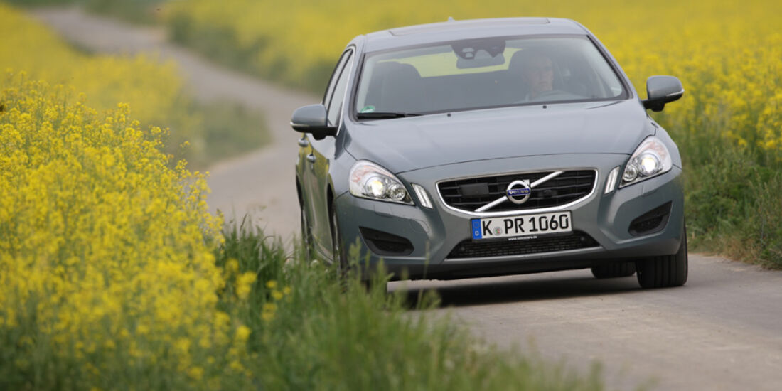 Volvo V 60, Frontansicht, Fahrt, Wiese