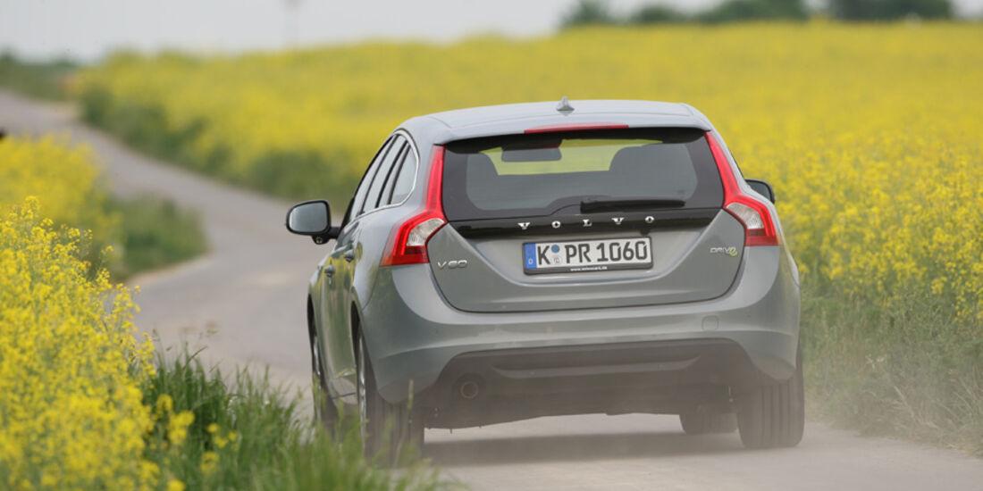 Volvo V 60, Rückansicht, Fahrt, Wiese